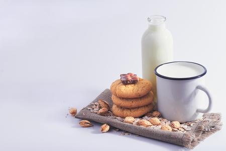 Bodegón de leche, nueces, galletas y chocolate. Foto de archivo - 109737145