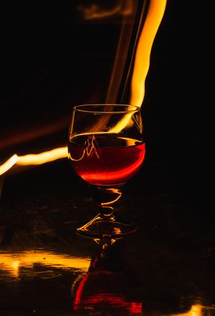 Una copa de vino sobre un fondo negro. Entretenimiento del club de fiestas. Foto de archivo - 109737149