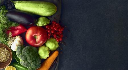 Bodegón de verduras frescas sobre un fondo oscuro Foto de archivo - 109737078