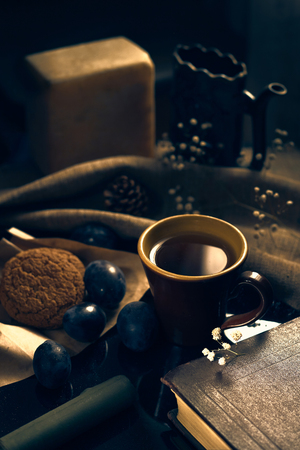 A cup of black tea with cookies. Banque d'images