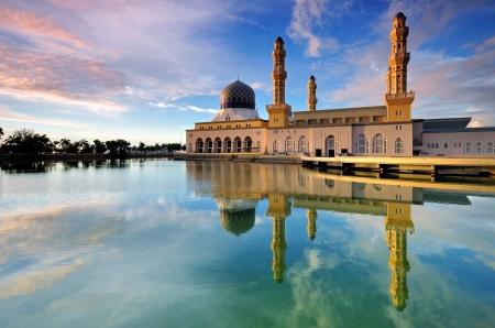 夕暮れのモスクを浮動コタ キナバルの反射