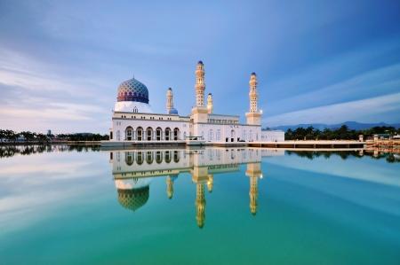 マレーシアのコタキナバル市内のモスクをフローティング 写真素材