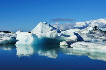 Blue icebergs floating in the jokulsarlon lagoon in Iceland Imagens