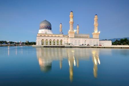 Kota KInabalu floating mosque Bandaraya Mosque at Likas, Kota Kinabalu, Sabah, Malaysia Imagens
