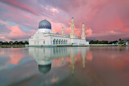 Sunset and rainbow at floating mosque Bandaraya Mosque at Likas, Kota Kinabalu, Sabah, Malaysia Imagens