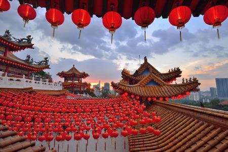 templo: Linternas Decoraci�n para el a�o nuevo chino en el templo Hou durante el atardecer