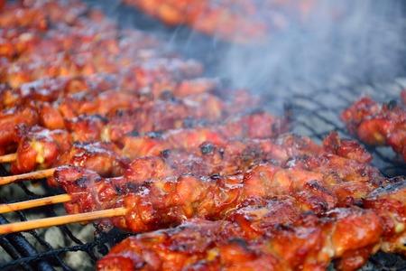 熱い炭火コタ キナバル夜市場マレーシアサバ チキン サテに調理。