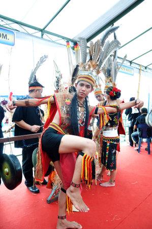 コタキナバル, マレーシア - 2015 年 5 月 30 日: コタキナバル、ボルネオ島マレーシア ・ サバ州のサバ州の収穫祭の祭典の間に伝統的な衣装で Murut 族