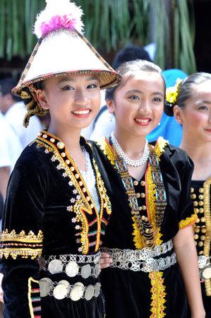 Kota Kinabalu, Malezja - 30 maja 2015: Młode dziewczęta z Kadazandusun plemienia w ich tradycyjnych strojach podczas uroczystości Sabah State Dożynki w Kota Kinabalu, Sabah Borneo, Malezja.