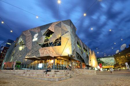 MELBOURNE, AUSTRALIË - OKTOBER 25, 2015: Nachtmening van het Federatievierkant in Melbourne, Australië. Federation Square is een ontwikkeling voor gemengd gebruik in de binnenstad van Melbourne.