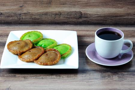 Kuih Pinjaram su sfondo bianco. Kuih Pinjaram è un kuih tradizionale per Bajau, le persone malesi del Brunei in Brunei e negli Stati di Sabah in Malesia orientale. A base di farina di riso. Archivio Fotografico