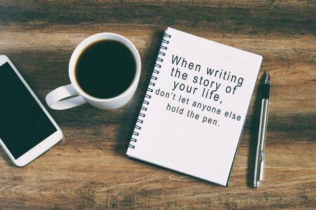 """citas de inspiración """"al escribir la historia de su vida, no deje que nadie más posee la pluma"""" de fondo estilo retro"""