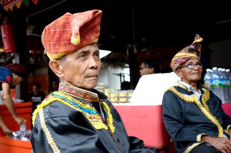 tuaran: KOTA KINABALU, MALAYSIA - MAY 31, 2016: Malaysian man from ethnic Dusun Lotud in traditional costume during Sabah Harvest festival celebration in Kota Kinabalu, Sabah Borneo, Malaysia. Editorial