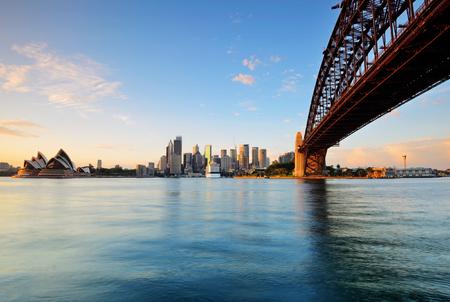 シドニー、オーストラリアでミルソンズ ポイントからの日の出の間にシドニーのスカイライン。