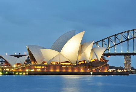 SYDNEY, Australien - 18. Oktober 2015: Das Sydney Opera House und die ikonische Brücke von Frau Macquarie Punkt in Sydney angesehen. Das Sydney Opera House und die Brücke sind Wahrzeichen in Australien. Editorial