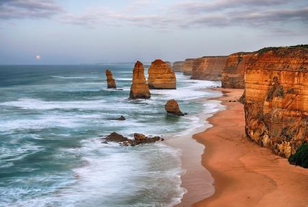 Cloudy day in Twelve apostles sea rocks, Victoria, Australia. HDR processed technique. Imagens - 60412077