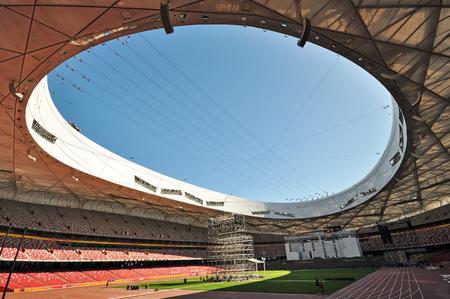 PEKING, CHINA - SEPTEMBER 21, 2009: Binnenland van het Nationale Olympische Stadion van Peking dat ook als het Nest van de Vogel wordt bekend. Het werd ontworpen als het belangrijkste stadion van de Olympische Spelen van 2008 in Peking.