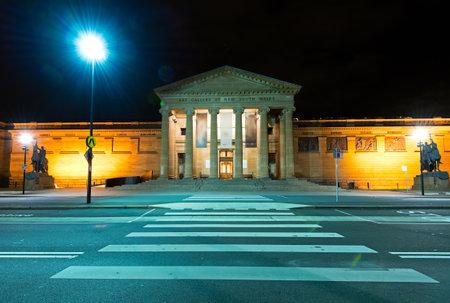 ortseingangsschild: Sydney, Australien - 18. Oktober 2015: Nachtansicht der Art Gallery von New South Wales-Gebäude in Sydney Australia.