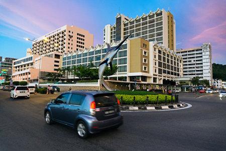 日没時にコタ ・ キナバル市内ロータリーでコタキナバル、マレーシア - 2017 年 8 月 1 日: 車。コタキナバルは、マレーシア ・ サバ州の州都旧はジェ 報道画像