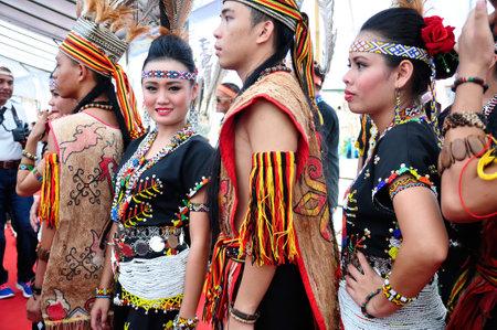 サバ州のコタキナバルでの収穫祭の間にコタキナバル, マレーシア - 2014 年 5 月 30 日: カダザン Murut Magunatip ダンサー。