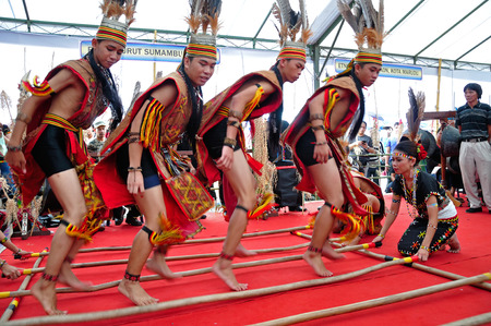 サバ州のコタキナバルでの収穫祭の間にコタキナバル, マレーシア - 2014 年 5 月 30 日: カダザン Murut Magunatip ダンサーのパフォーマンス。