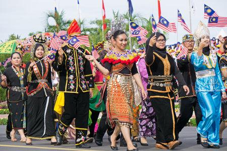 Kota Kinabalu, Malasia - 31 de agosto de 2017: Gente malasia multirracial con attiremarch tradicional durante la 60.a celebración del Día de la Independencia en la ciudad de Kota Kinabalu, estado de Sabah.
