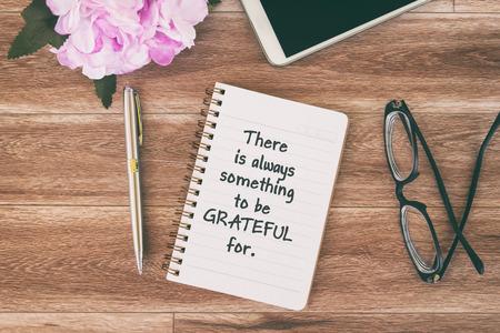 Citas inspiradoras y motivacionales: siempre hay algo por lo que estar agradecido. Foto de archivo