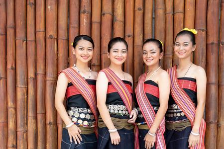 Retrato de grupo de niñas de Kadazan Dusun en traje tradicional del distrito de Kota Belud durante el Festival de la Cosecha a nivel estatal en KDCA, Kota Kinabalu, Sabah Malasia.