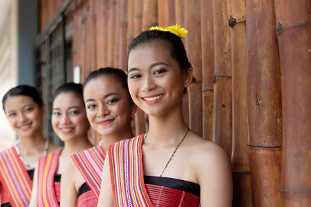 Porträts von Kadazan Dusun jungen Mädchen in traditioneller Kleidung aus dem Bezirk Kota Belud während des Erntefestes auf staatlicher Ebene in KDCA, Kota Kinabalu, Sabah Malaysia - selektiver Fokus.