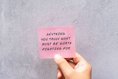 Citazioni motivazionali e ispiratrici: vale la pena lottare per tutto ciò che desideri veramente. Archivio Fotografico