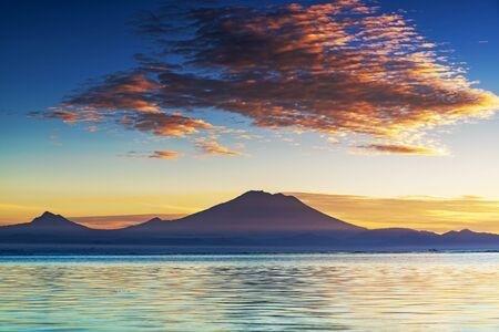 Vista del vulcano del monte Agung dalla spiaggia di Sanur Bali Indonesia