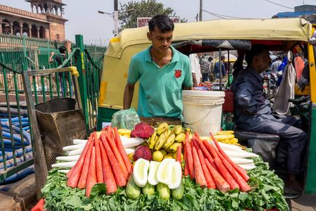 Old Delhi, India - March 4, 2018: Fresh fruits and vegetable vendor near the Chandni Chowk (Moonlight Square), one of the oldest and busiest markets in Old Delhi, India. Imagens - 140919546
