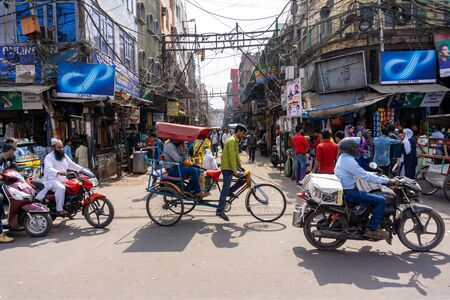 Old Delhi, India - March 4, 2018: Street view of Chandni Chowk (Moonlight Square), one of the oldest and busiest markets in Old Delhi, India. Imagens - 140919547