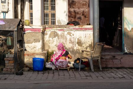 New Delhi, India - March 03, 2018: Unidentified Indian woman washing clothes outside her house. Imagens - 140919554