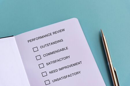 Performance review checklist text on blue background Imagens - 139892425