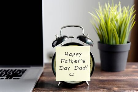 Happy Father's Day wish on sticky note on top of table Imagens - 139892434