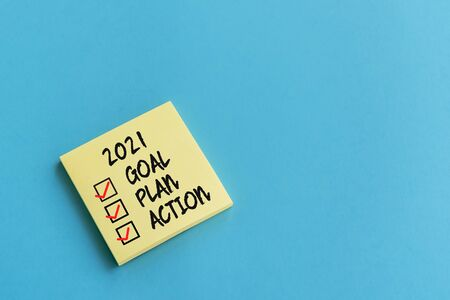 2021 goal, plan, action checklist text on adhesive note blue background Imagens - 149984980