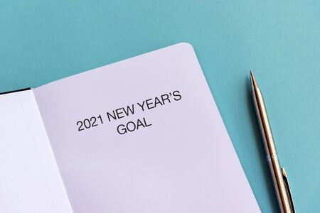 2021 New Year's Goal text on note pad blue background Imagens - 149984838