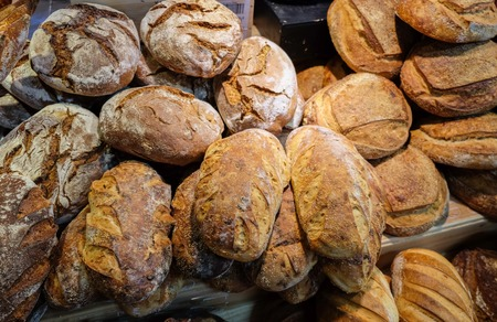 TEL AVIV, ISRAEL - 12 DE JUNIO DE 2016: Pan de cebolla y grupo de productos horneados de una panadería para la venta en el mercado de los granjeros Foto de archivo