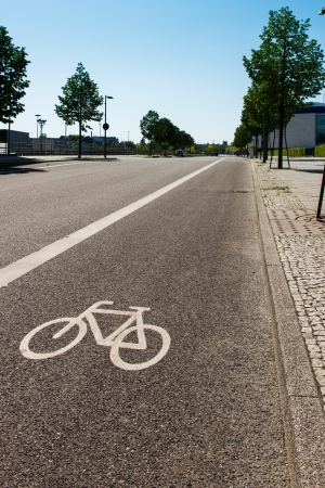 Symbol of a bicycle separating a bike lane from the rest of the street Standard-Bild