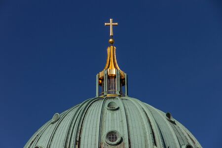 Close-up photo of the cross on top of Berlin Cathedral Standard-Bild