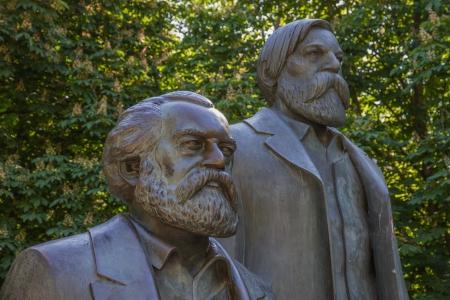 Communist thinkers Karl Marx and Friedrich Engels as sculptures in Berlin-Mitte Standard-Bild