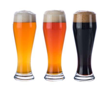 Trois verres avec différentes bières isolés sur fond blanc.