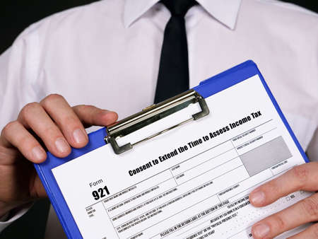 Form 921 Consent to Extend the Time to Assess Income Tax Foto de archivo