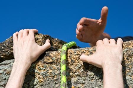 登る: 助けを必要とするロックの瀬戸際に登山者の手