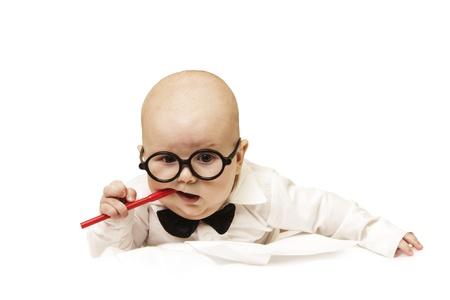De nadenkende kleine baby knaagt pen Stockfoto