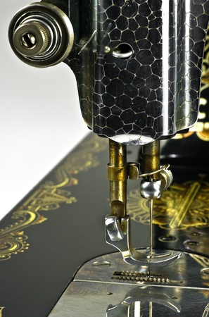 Antigua máquina de coser negro sobre fondo blanco Foto de archivo - 8883179