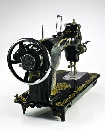 Vieille machine a coudre noir sur fond blanc