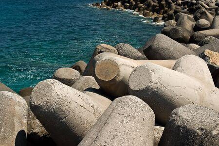 breakwater: Rompeolas con bloques de hormig�n - tetr�podos Foto de archivo
