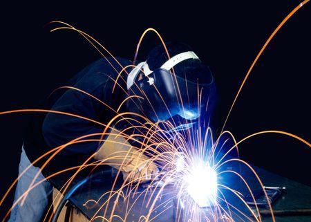 soldador: Un soldador que trabajan con las chispas de vuelo alrededor de  Foto de archivo